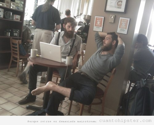 dos chicos hipster en un coffee shop sin zapatos, uno parece Amish