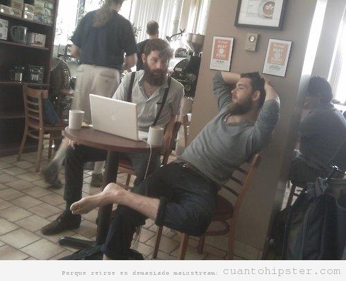 dos chicos hipster en un coffee shop sin zapatos, uno parece Amish