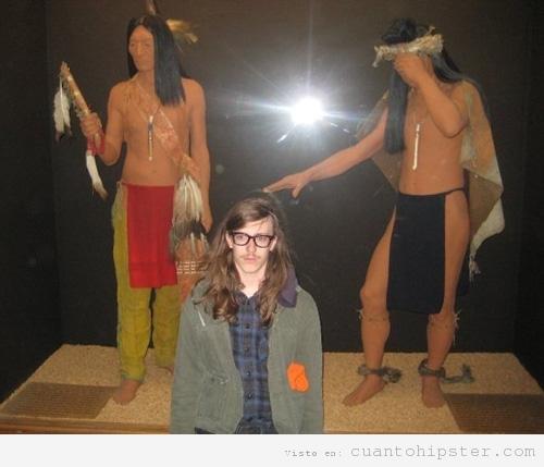 Hipster de excursión al museo de historia de indios americanos