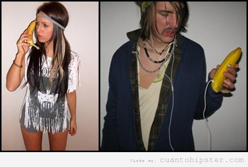 Chico y chica con ropa hipster y auricular de teléfono móvil de banana o plátano