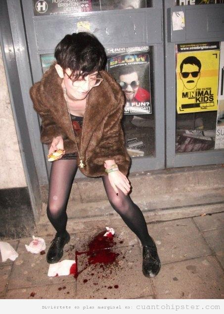Chica con look vintage y hipster encima escena crimen sangriento