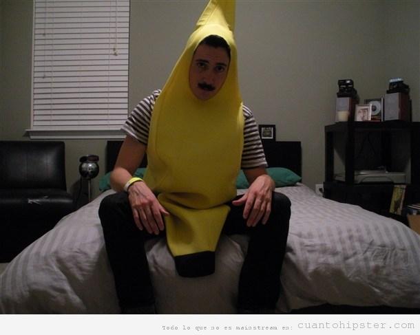 Chico hipster con disfraz de banana o plátano