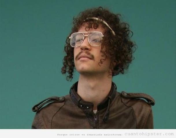 Chico con gafas hipsters y pelo rizado