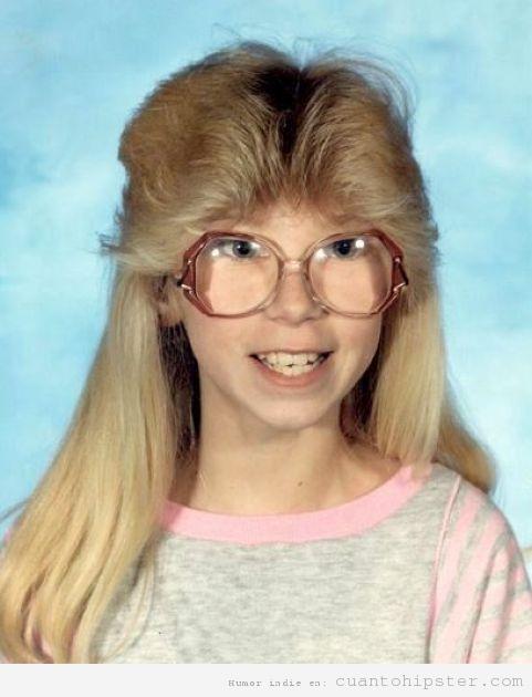 Foto de anuario de colegio de una niña hipster años 90