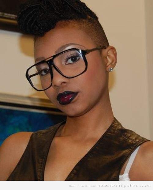 Chica negra con gafas de pasta y corte de pelo hipster a lo último mohicano
