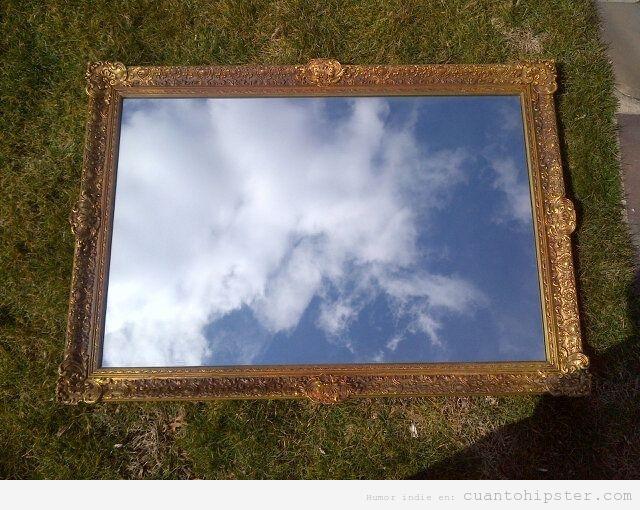 Foto hipster de un espejo marco dorado y cielo