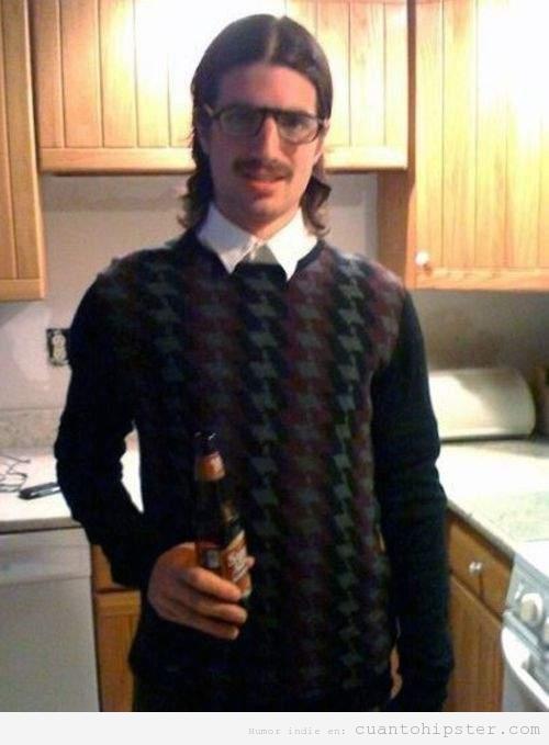 Hipster hortera con raya medio, pelo relamido, bigote, gafas de pasta y jersey pata de gallo
