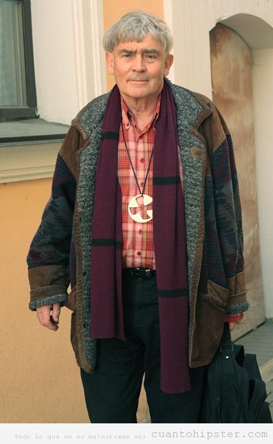 Señor mayor ruso de Siberia con ropa y look hipster