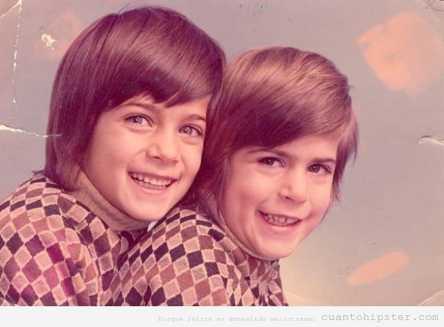 Niños hermanos con look popie años 70