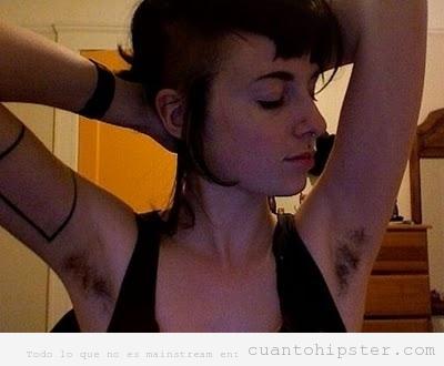 Chica hipster con las axilas sin depilar