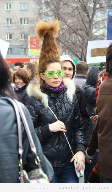 Peinado hipster con gafas verdes