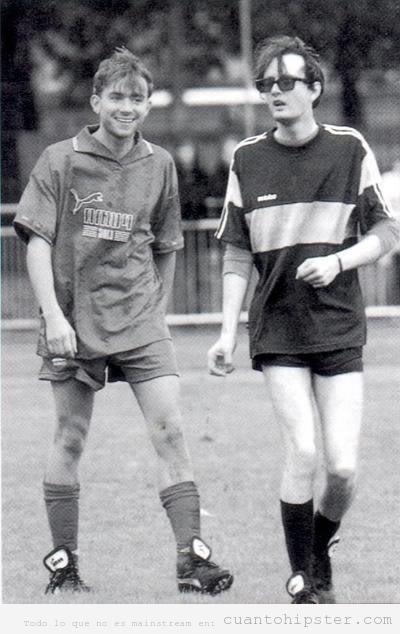 Damon Albarn y Jarvis Cocker  juegan a fútbol con look retro
