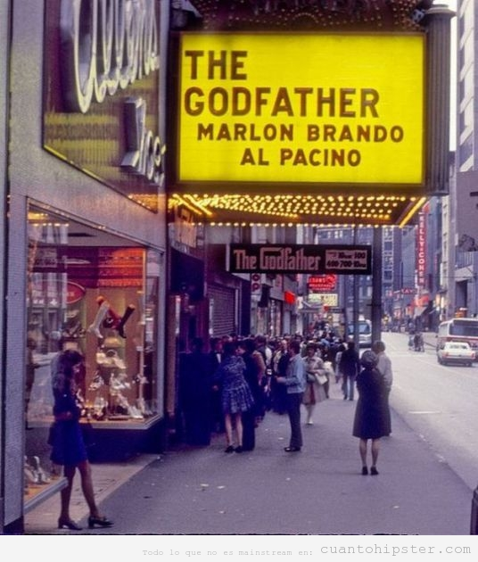 Años 70 groovy en Estados Unidos con un cartel de The Goodfather en un cine