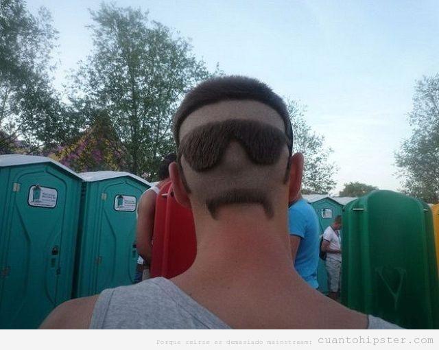 Corte pelo rapado con forma de gafas y bigote