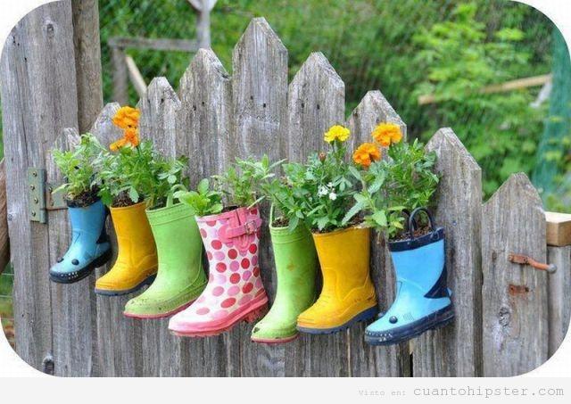 http://cuantohipster.com/wp-content/uploads/2012/06/botas-lluvia-colgadas-jardin-macetas-hipster.jpg