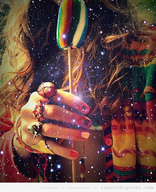 Foto bonita de una chica hipster con poncho, uñas pintadas y piruletas de colores