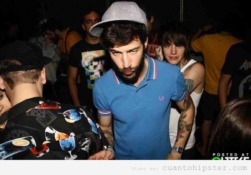 Chico con look y ropa hipster hortera