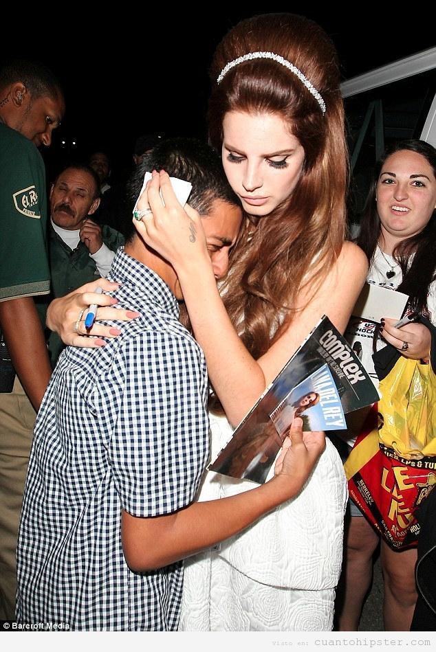 Lana del Rey consolando a un fan que llora en sus brazos