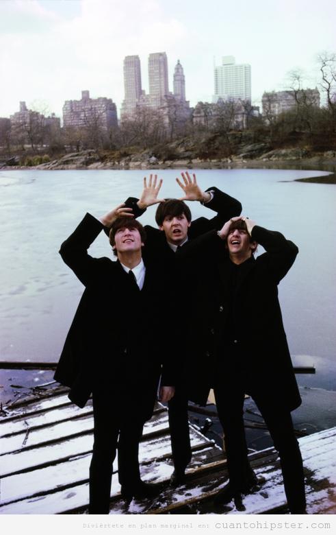 The Beatles haciendo el tonto al posar para una foto