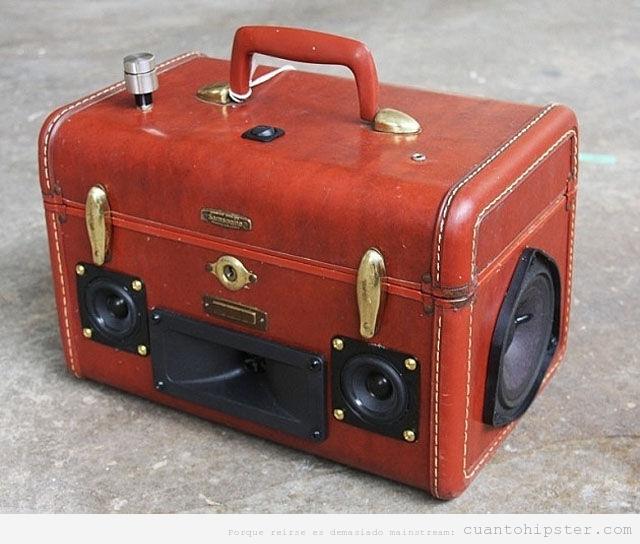 Altavoces hipsters dentro de un maletín de piel roja
