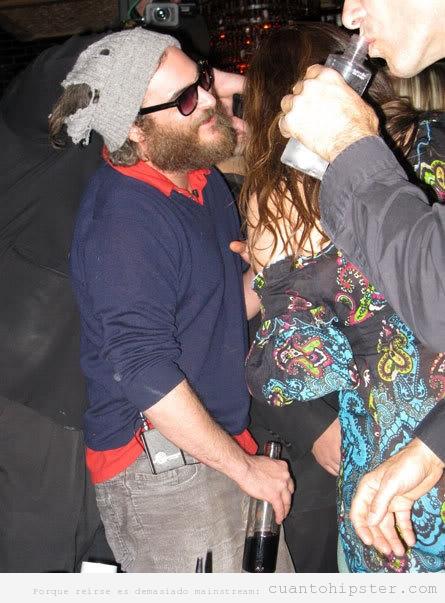 Joaquin Phoenix  en plan hipster o vagabundo borracho en una discoteca