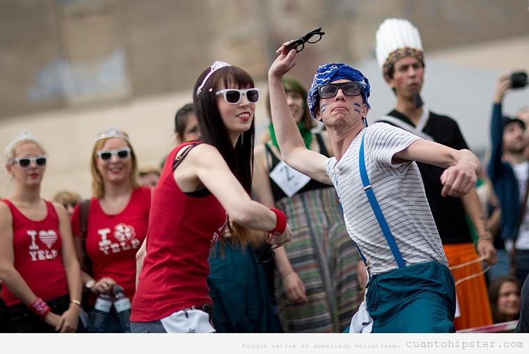 Chico y chica hipster en la prueba de lanzamiento de gafas de pasta en las Hipster Olympics de Berlin