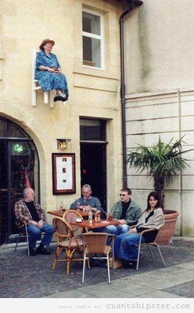 Abuela hipster sentada en una silla a dos metros del suelo