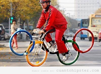 Hipster con bicicleta para Juegos olímpicos, las ruedas forman los 5 anillos