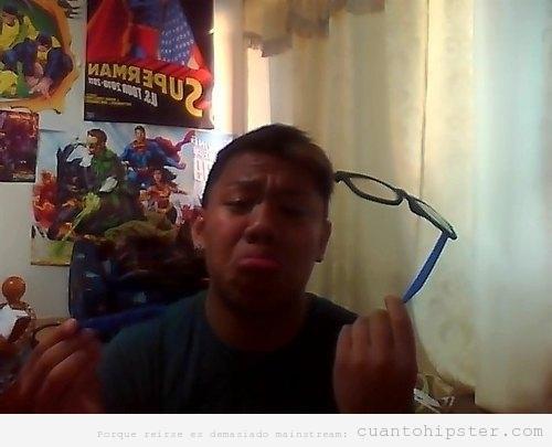 Chico triste porque se le ha roto unas pastillas de las gafas
