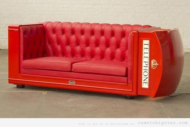 Sofá con la forma de una cabina de teléfono roja de Londres