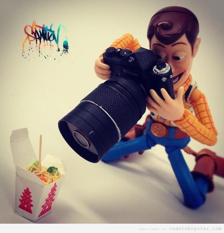 Woody, el cowboy de Toy Story, con una cámara reflex haciendo fotos a comida china