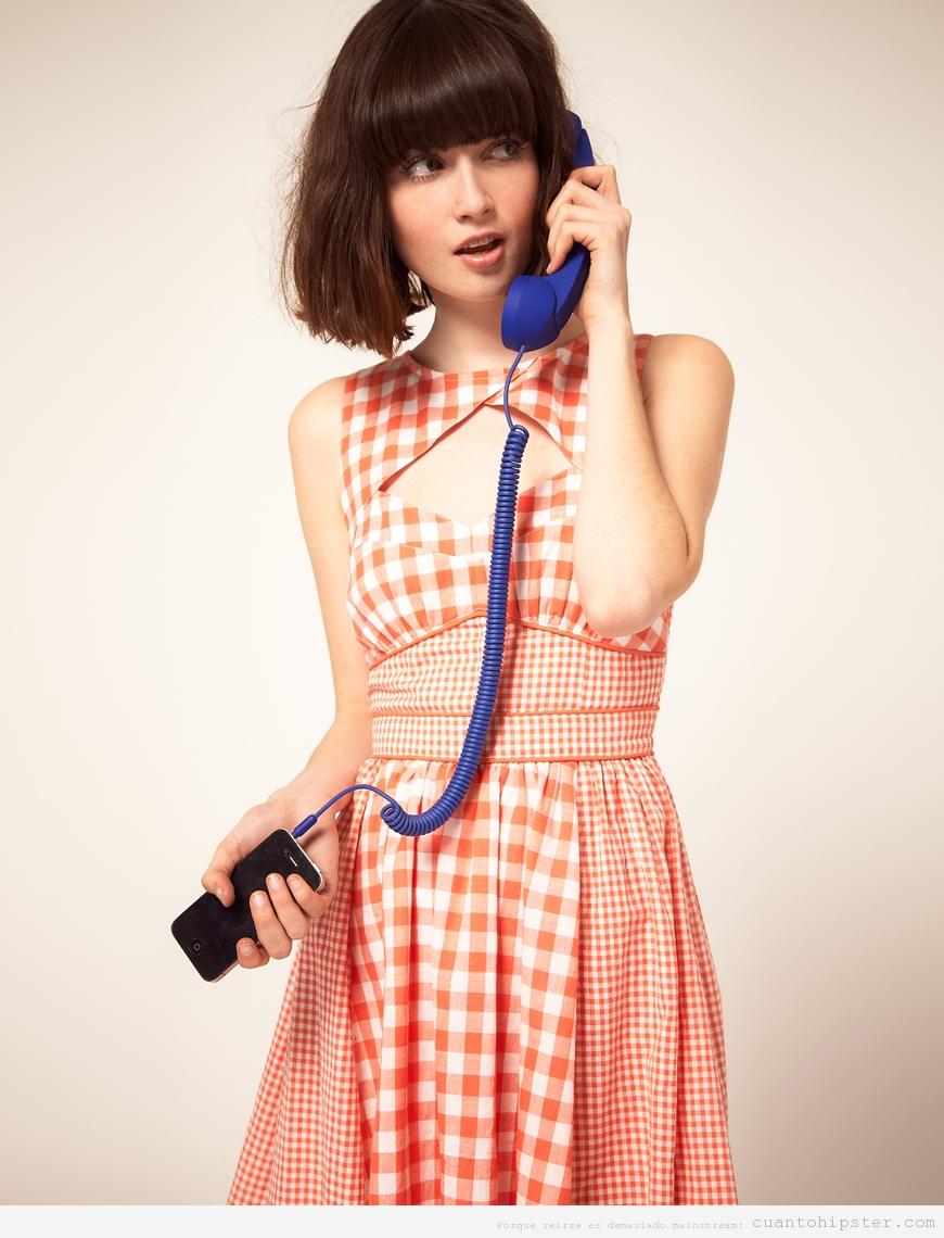 Chica hipster con accesorio ihpone telefono retro
