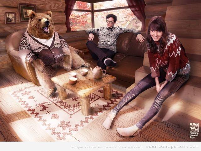 Chicos hipsters y oso con jerseys  de lana en cabaña de madera