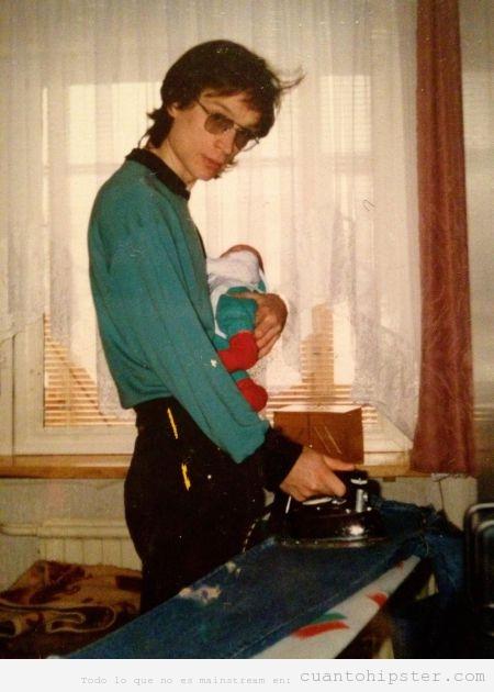 Foto antigua de un padre de los años 80 con look hipster