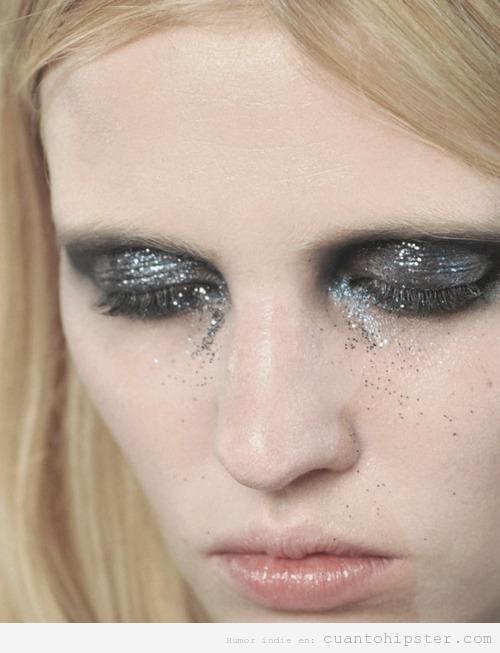 Chica indie con maquillaje y lágrimas de purpurina