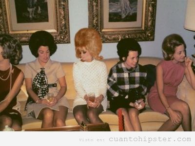 imagen antigua y retro de un grupo de mujeres reunidas años 60