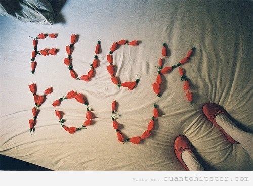 Fuck you escritocon flores  en sábanas blancas