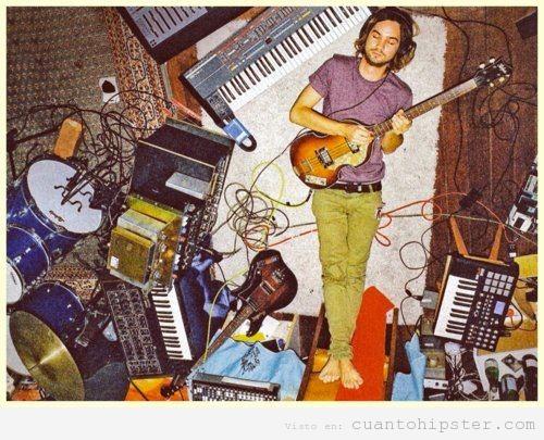 Imagen de Kevin PArker tocando la guitarra en el suelo