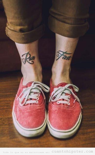 Tatuaje indie y hipster en los tobillos, Run Fast