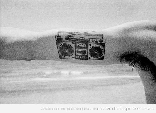Tatuaje Hipster en el brazo, radiocasete antiguo