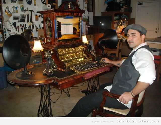 Hipster y su ordenador tuneado de modo retro