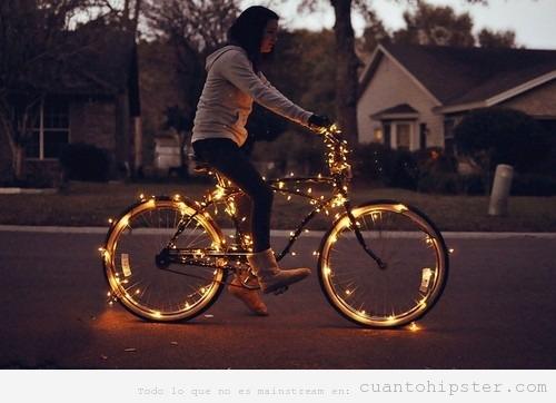 Bicicleta tuneada o fixie con luces en las ruedas estilo hipster