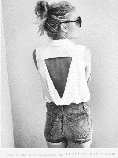 Camiseta tuneada con un triangulo recortado en la espalda