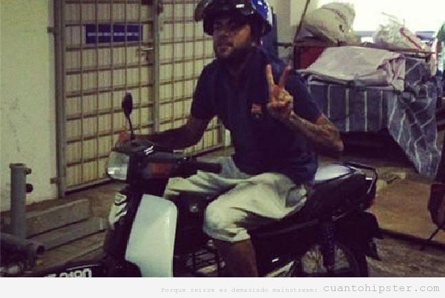 Dani Alves en motocicleta, hipster Kuala Lumpur
