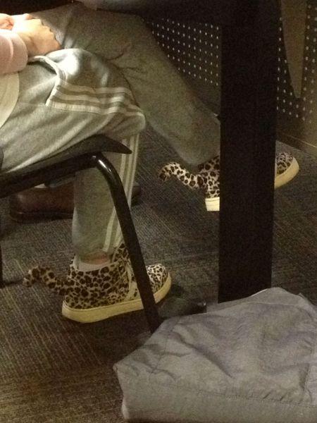 Zapatillas, tenis o bambas originales con forma de leopardo con cola