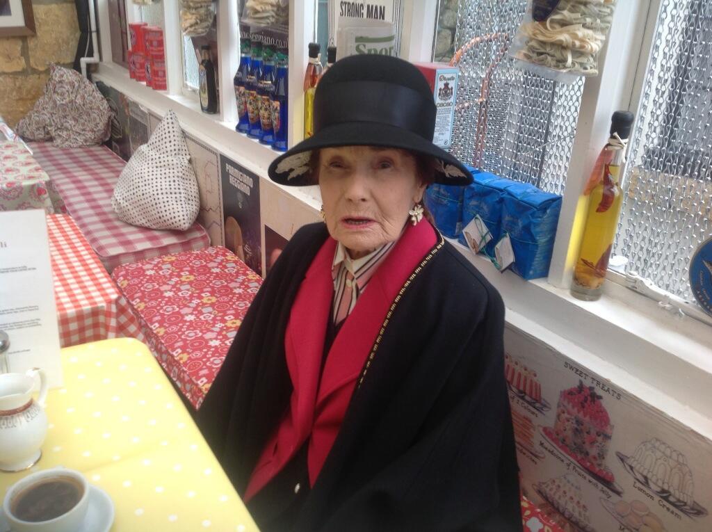Abuela hipster con look vintage y elegante