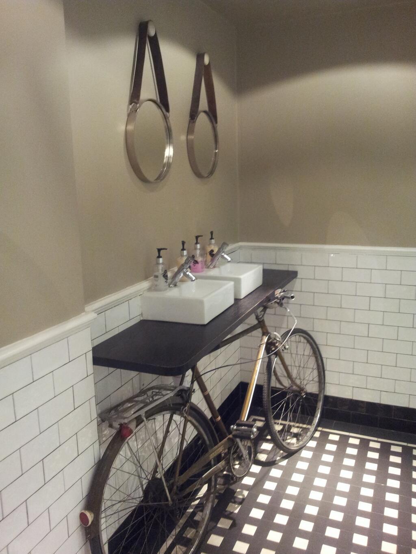 Lavamanos hecho con una bici antigua de base, decoración hipster