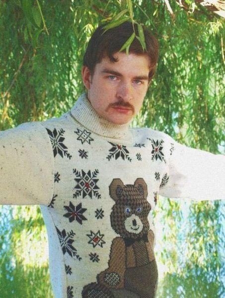 Hombre con jersey de lana con un oso, hipster o pedófilo