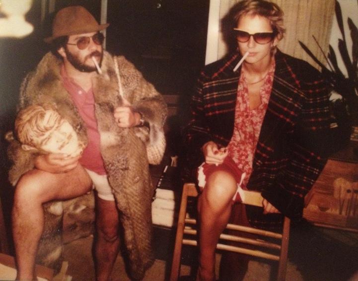Padre y madre en una fiesta hipster vestidos con look vintage