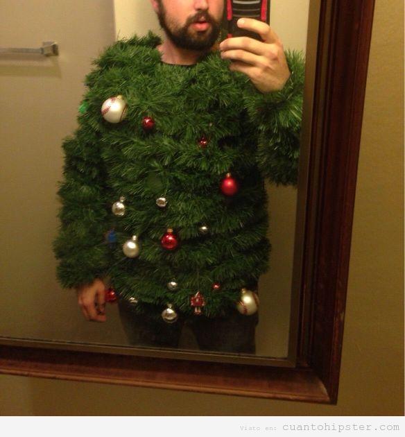Chico hipster con un jersey de árbol de Navidad